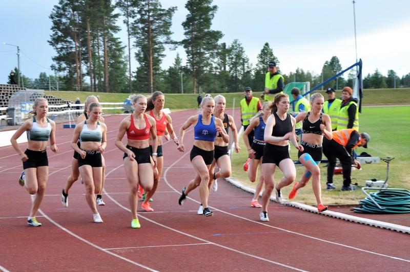 Naisten 800 metrin juoksun kärkeen säntäsivät sisäradalla juokseva ja toiseksi sijoittunut Saana Lappalainen ja neljänneksi sijoittunut Enni Katajalaakso. Juoksun voittaja Kaisa Honkaharju starttasi toiselta radalta takanaan juoksussa kolmanneksi sijoittunut Anniina Walling.
