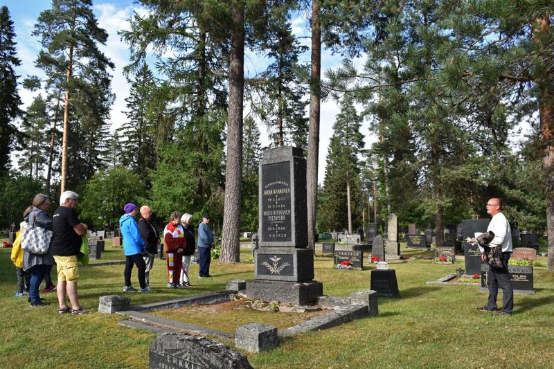 Haapavesi-Seuran perinteisellä Jaananmäen hautausmaakierroksen oppaana toimi ensimmäistä kertaa seuran sihteeri Teuvo Vähäsarja.