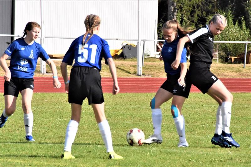 FC Folkin Oona Teppo on riistänyt pallon FC Hakalta, vieressä pelikaverit Aino Roininen (vasemmalla) ja Sara Tavasti (keskellä).