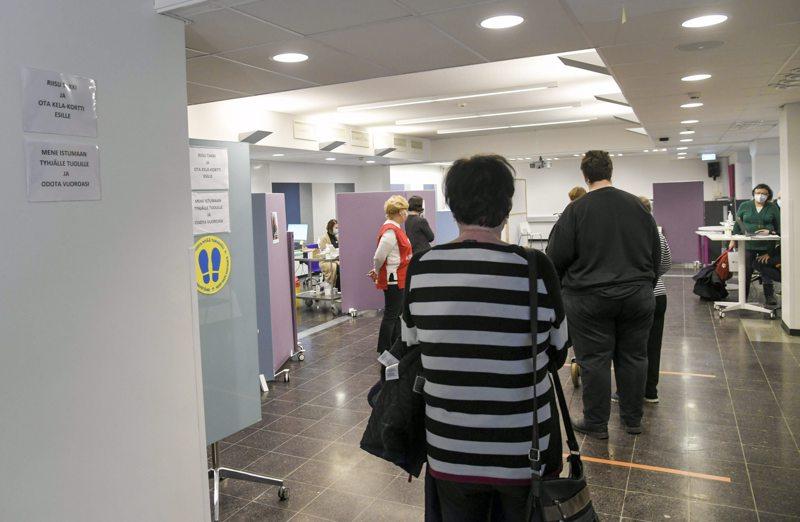 Asiakkaat odottavat pääsyä rokotukseen koronarokoteasemalla Vantaalla Sanomalassa 11. maaliskuuta 2021. Rokotukseen käytettiin Astra Zenecan rokotetta.