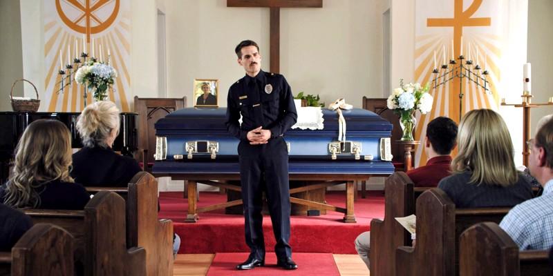 Äidin hautajaiset menevät pieleen. Poliisimies Jim (Jim Cummings) on surun murtama, mutta elämässä on muutenkin kaikenlaista.