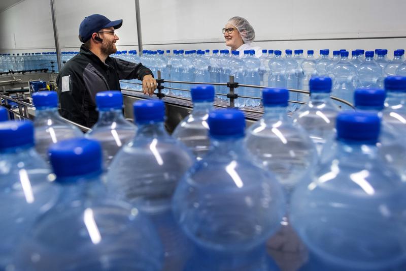 Perheyritys Finn Spring on yksi vesialan menestystarinoista: se kertoo valmistavansa noin 90 prosenttia Suomessa myytävistä lähdevesistä. Keski-Pohjanmaan Toholammin tuotantolaitoksella Aleksi Ali-Haapala ja Iida Nylander joutunevat katselemaan muovipulloja liukuhihnoilla vielä pitkään, sillä PET-muovia ei olla hetkeen korvaamassa pakkausmateriaalina.