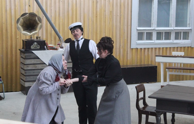 Tanssin sun kanssasi aamuun -näytelmässä Perälän ruotikas Alviina Hotakka (Irma Toikkanen) povaa opettajatar Fanni Tuomelalle (Susa Sinkkonen) Taustalla opettaja Juho W. Troberg (Kati Ahava).