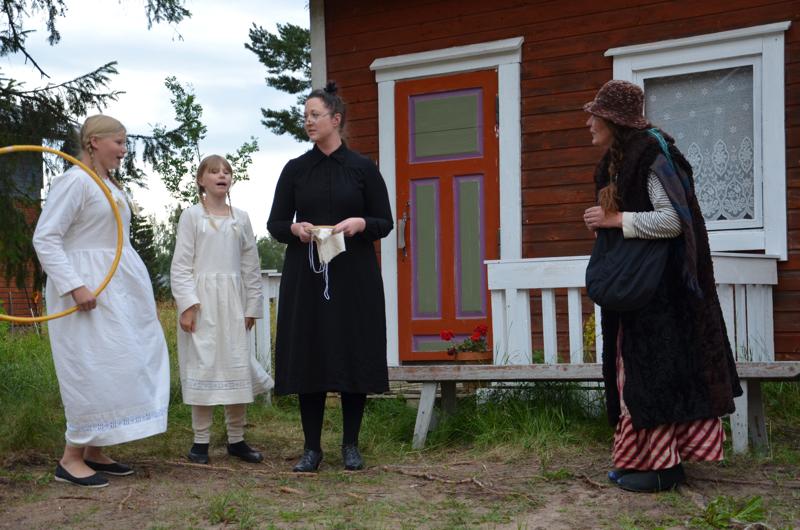 Halveksittu ja rellestävä Kauppa-Lopo (Katri Turhanen, oikealla) haluaa auttaa leskirouva Kortmania (Heleena Kinnunen) ja tämän lapsia (Elsi ja Iina Herlevi) Teatteri Gittan näytelmässä Lohtajalla.