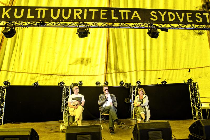 Hannu Björkbacka, Pauli Poranen ja Outi Airola kulttuuri- ja talouskeskustelussa Ykspihlajan Kulttuuriviikolla perjantaina iltapäivällä. Väkeä tapahtuma ei vetänyt, mutta ajatuksia keskipohjalaisen kulttuuritekemisen elävöittämisestä heräsi.
