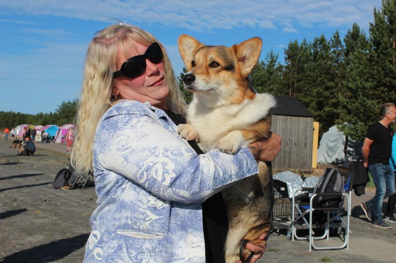 Marjo Manninen toi näyttelyyn viisi koiraa, heistä yhtenä kolmivuotiaan Holyn (Welsh Corgi Pembroke). Mannisen mukaan Holy on kompakti paketti, monipuolinen harrastuskaveri ja helppo oppimaan koirien asioita. Holy olikin Valioissa erinomainen ja paras narttu 3.