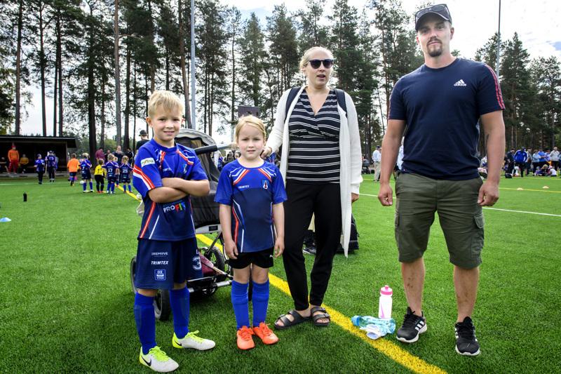 Luka ja Ellen Heikkilä sekä heidän vanhempansa Jenna ja Niko Heikkilä viettivät Santahaassa kiireistä jalkapallopäivää.