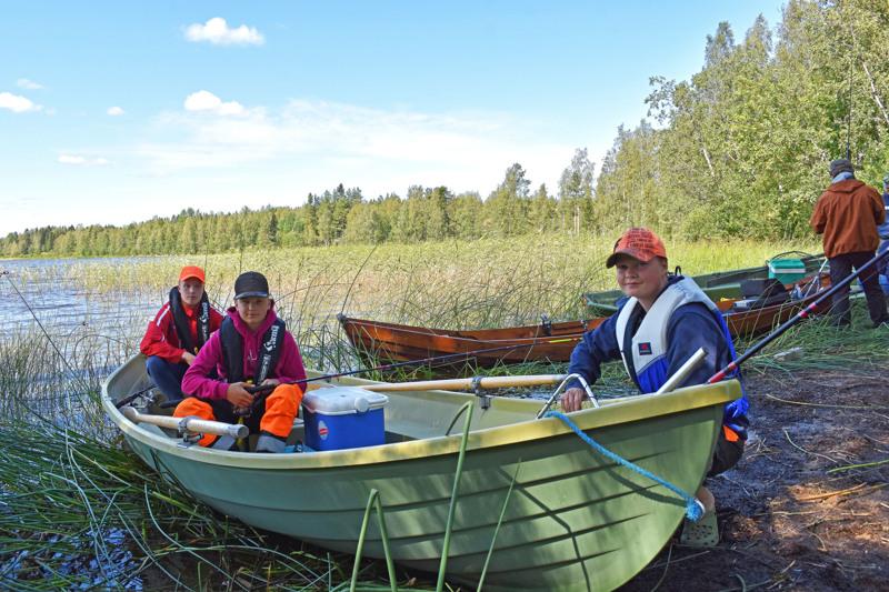 Eetu Alila (vas.) sekä Luukas ja Tuukka Niiranen lähtivät kokeilemaan kalaonneaan Isolle Vatjusjärvelle.