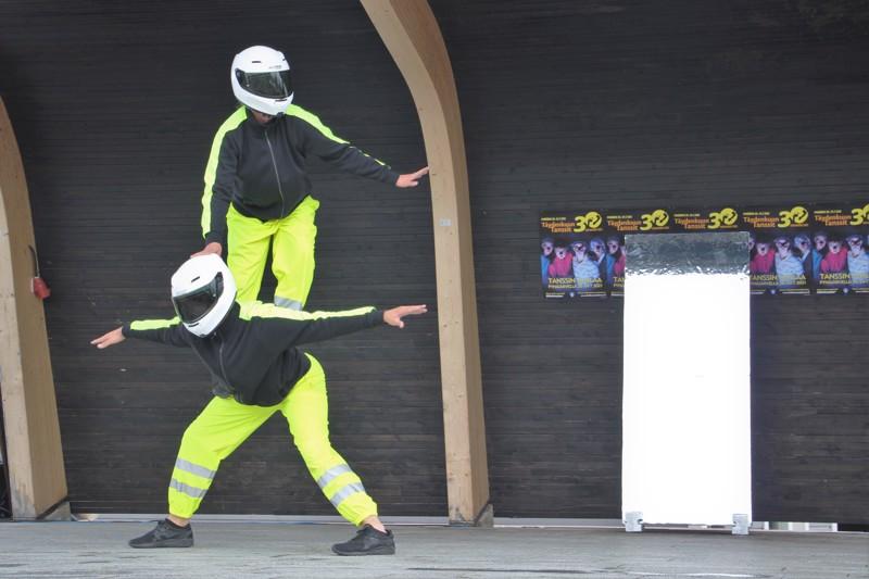 Tanssiteatteri Minimin Iiro Näkki ja Mikko Makkonen esiintyivät Pyhäjärven torilla osana Täydenkuun Tanssit -festivaalia.
