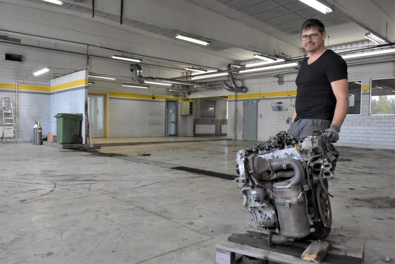Autostoren halli on tyhjennetty ja viimeistä moottoria viedään. Carl-Johan Källman on huolissaan uuden tekniikan hallitsevien asentajien riittävyydestä.