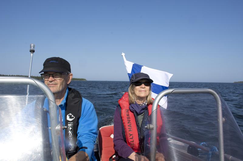 Saaristossa veneilevät Arto ja Katariina Tervola ovat huomanneet huviveneilyn lisääntyneen.