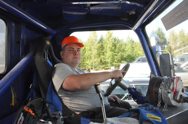 Henri Pulkkinen osti Scaniansa alun perin moottorivikaisena ja laittoi sen itse kilpailukuntoon.