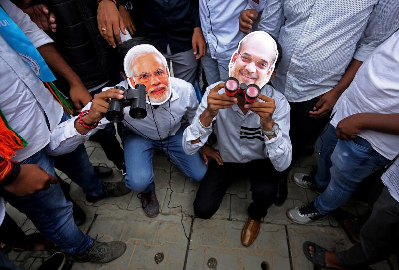 Intiassa Pegasus-paljastukset nostattavat mielenosoituksia. Bangaloressa kansallisen opiskelijaliiton NSUI:n jäsenet pitivät kiikaroidessaan pilailunaamioita, jotka esittävät maan oikeistopopulistista pääministeriä Narendra Modia ja sisäministeriä Amit Shahia. Intia on yksi Pegasus-urkintajupakan keskelle joutuneista maista.