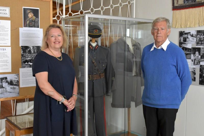 Albert Tigerstedtin lapset Michaela Cronstedt ja Claes Tigerstedt ovat tyytyväisiä, että isän univormut ovat nyt oikealla paikallaan Pietarsaaren museossa.