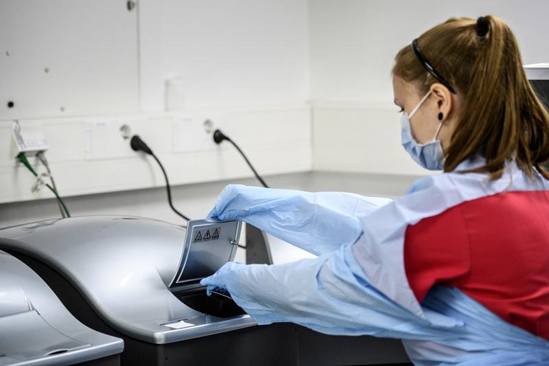 Kokkolan NordLabissa laborantti Meja Prest tutkii koronanäytteitä. Soitessa tehtiin viime viikolla 1250 koronatestiä. Se on noin 400 testiä enemmän kuin edellisellä viikolla. Infektioylilääkäri pitää ihmisten aktivoitumista hyvänä asiana.