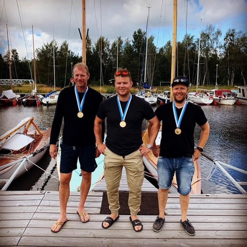 Rauanheimo Sailing Teamille Oulussa käydyt kilpailut olivat kolmannet SM-luokan kisat. Kuvassa vasemmalta alkaen Petro Pälviranta, Fabian Björndahl ja Thomas Wevar.