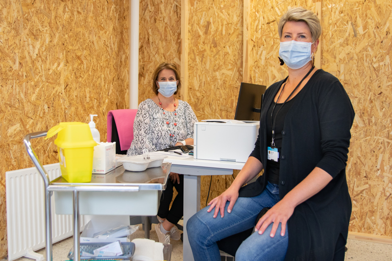 Riitta Pelto-Korpi ja Petra Koski kertovat rokotuskeskuksessa olevan useita eri työvaiheita sekä työtehtäviä