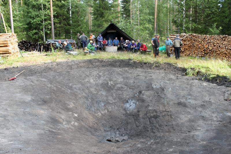 Pahkalan tervahauta puhdistettiin Tervaviikon tervanpolttoa varten viime lauantaina.