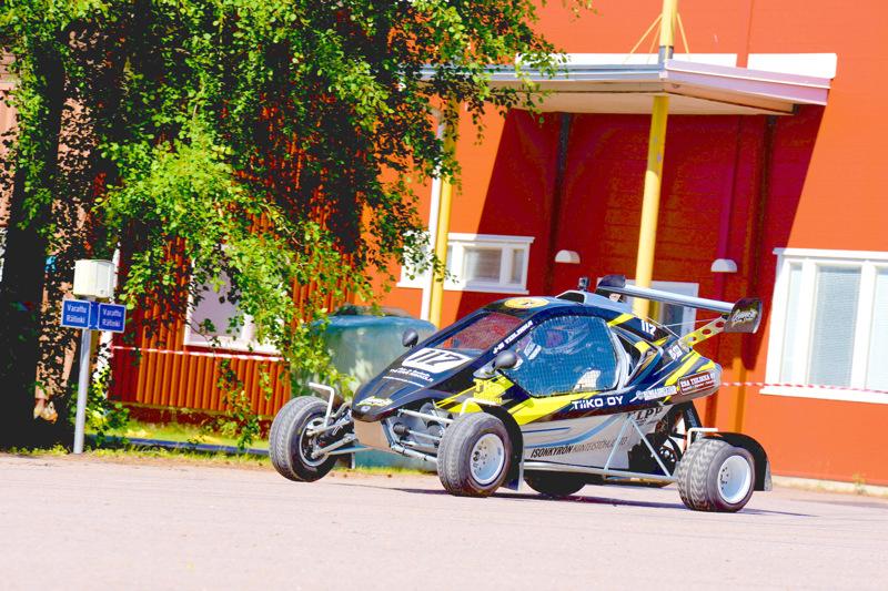 Teollisuuskylän rallisprintissä tulee olemaan monennäköistä menopeliä. Kaksi vuotta sitten Jari-Matti Tiilikka ajoi kyseisellä crosskartilla.