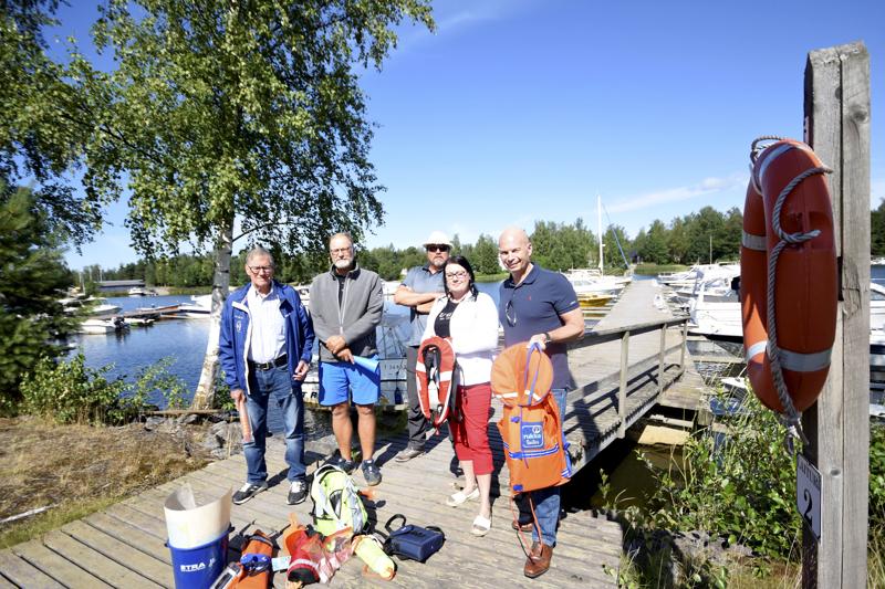 Paikallisten venekerhojen edustajat Pekka Tschokkinen (vas.), Johan Nyberg, Vesa Pohjola, Jonna Sario ja Torbjörn Witting toivovat parannusta veneilyetikettiin ja turvallisuusjärjestelyihin.