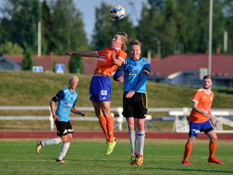 K-Pallon ja RyPK-84:n välinen ottelu oli jälleen hyvin fyysinen taistelu. Pääpalloa nappaamassa K-Pallon Tuomas Törnvall.