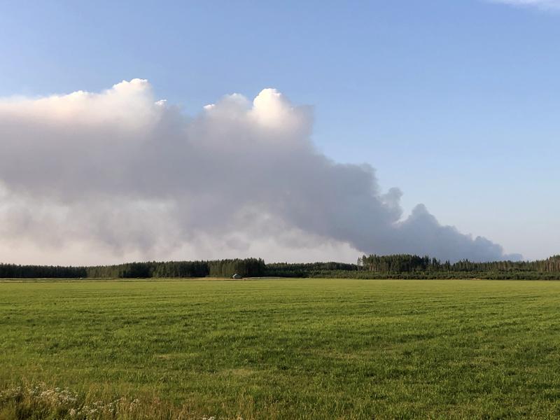 Uudelleen roihahtaneen maastopalon savut näkyivät Kalajoen ja Kannuksen rajalla kauas.