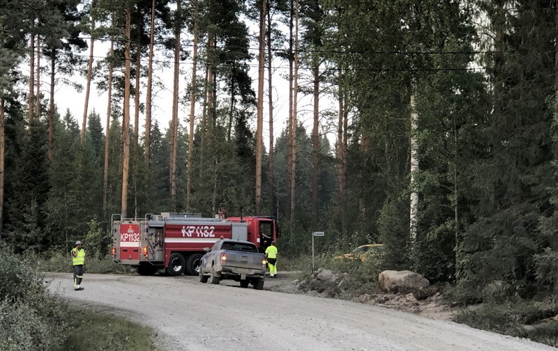 Paloauto ja palomiehiä Rautiontien ja Perälahdentien risteyksessä.