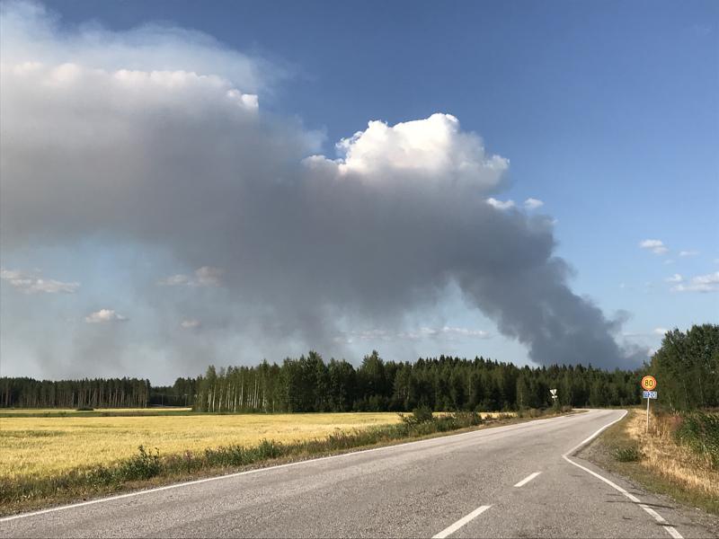Maastopalosta leviävä savu näkyi hyvin Kannuksen keskustaan.
