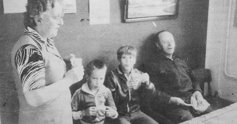 Juhlapäivänä tarjosi Karvoskylän Osuuskauppa kahvit. Kaupanjohtaja Iines Tirkkonen ehti pikimmiltään käväistä juomassa kupposen; pulla maistui myös Juha Nurkkalalle ja Pauli Salmelalle.