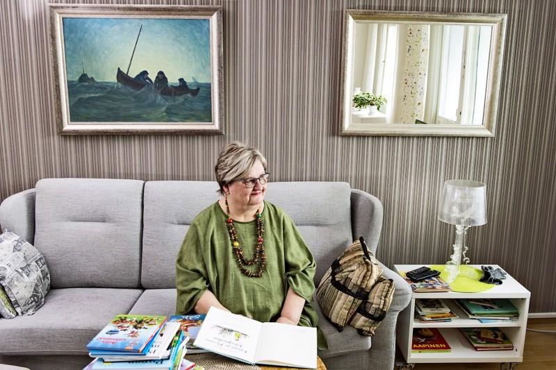 Turun kodista. Taustalla kannuslaisen Justus Sarisalon maalaama meriaiheinen taulu, joka on lapsuudenkodin peruja.