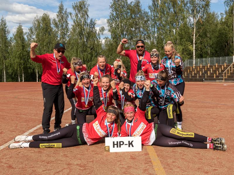 Kultamitalit kaulassa kelpaa riemuita. Pesä-Kiilojen C-tytöt tekivät historiaa voittamalla SM-kultaa.