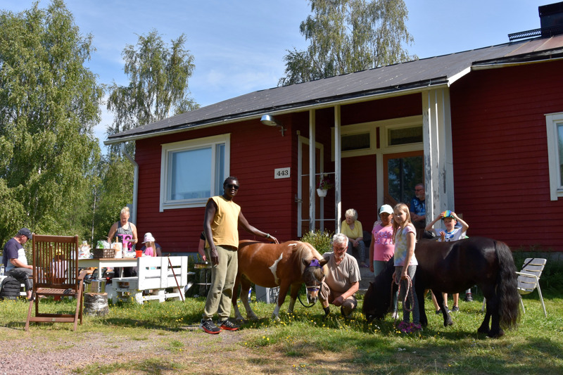 Kesäpäivän viettoa. Yhteisvoimin järjestetty kesätapahtuma kokosi yhteen nuoret ja vanhat Mullikon kylällä Toholammilla.