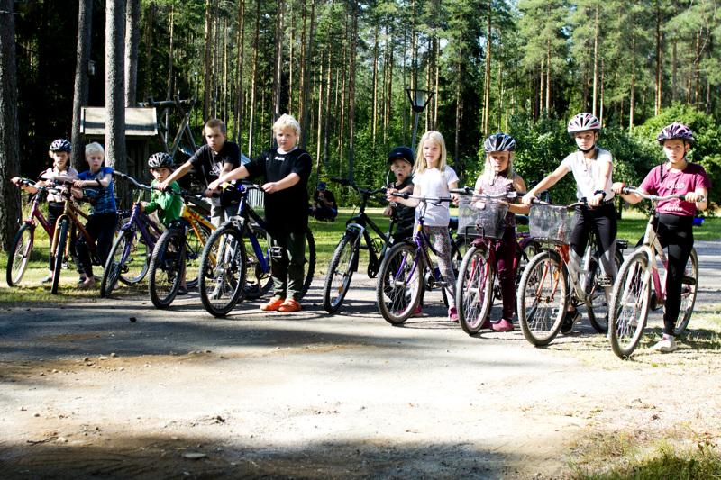 Hilja (vas.), Aaro, Aatto, Oiva, Veeti, Aamos, Inkeri, Marianne, Sylvia ja Olga Ylikoski pyöräilivät elämänsä pisimmän matkan Nivalasta Keiteleelle.