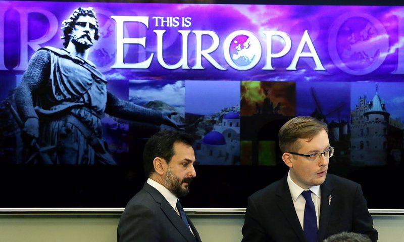 Äärioikeistoa vai laitaoikeistoa? Ei ole yhdentekevää, millaista ja kenen kieltä politiikassa käytetään. Espanjan kansallisdemokraattisen puolueen Manuel Canduela (vas.)  ja Puolan kansallisen liikkeen Robert Winnicki kohtasivat vuonna 2016 Varsovassa nationalistiryhmien konferenssissa, jonka nimenä oli Kansakuntien Euroopan identiteetti ja tulevaisuus.