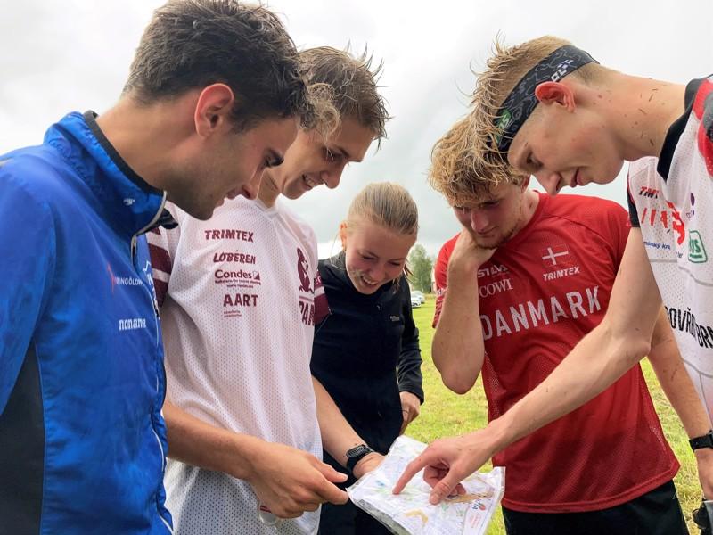 Tanskan maajoukkuesuunnistajat Björn Cederberg, Andreas Björnsen Bock, Oscar Tranberg ja Laurits Bidstrup Möller kertaavan suoritustaan Kronanin kansallisissa. Myös Linnea Myskog osallistui jälkipeliin.