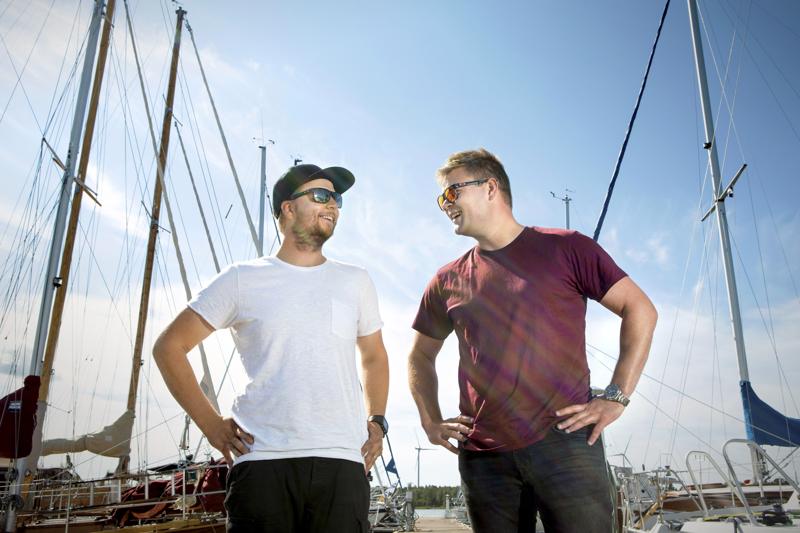 Thomas Wevar ja Fabian Björndahl tutulla venelaiturilla. Miesten tyytyväisiin ilmeisiin on hyviä syitä.