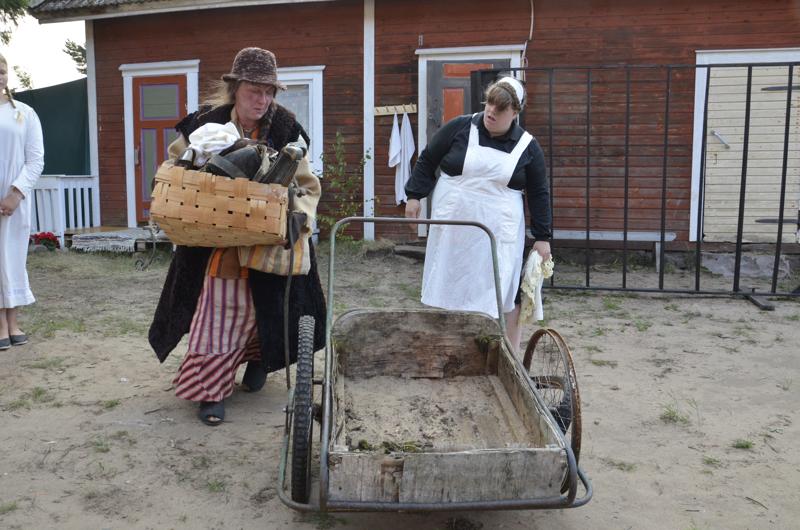 Kauppa-Lopo (Katri Turhanen) saa leskirouva Kortmanin sisäköltä (Anniina Kiiskilä) romukasat myytäväksi.