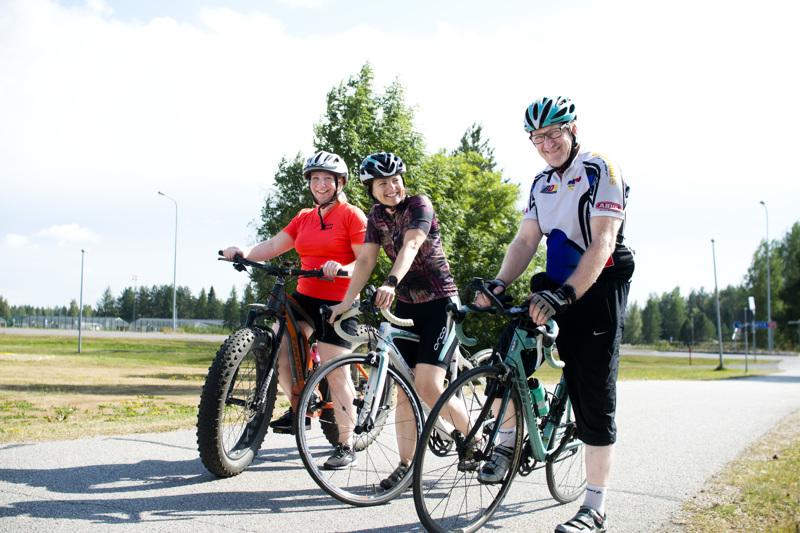 Kirsi Mäkinen (vas.), Marika Kumpula ja Tapio Paavola painottavat Kipinä Triathlonin radan olevan helppo, eikä esimerkiksi märkäpukua tai kapearenkaista pyörää tarvita.