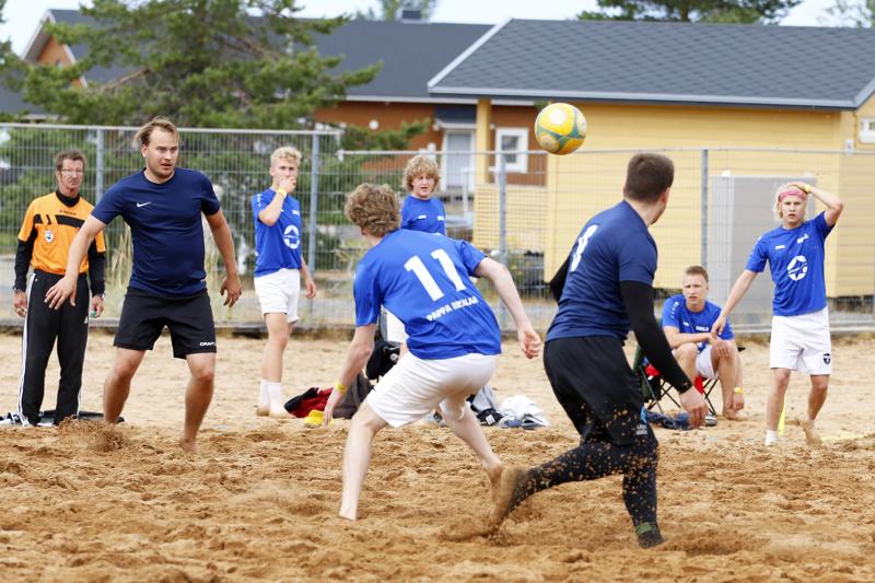 Sinimustassa peliasussa pelaavan FC Nestehukan joukkueen runko on Ullavasta ja Kaustiselta. Vastassa nuorten helsinkiläisten Ruila Akatemia.