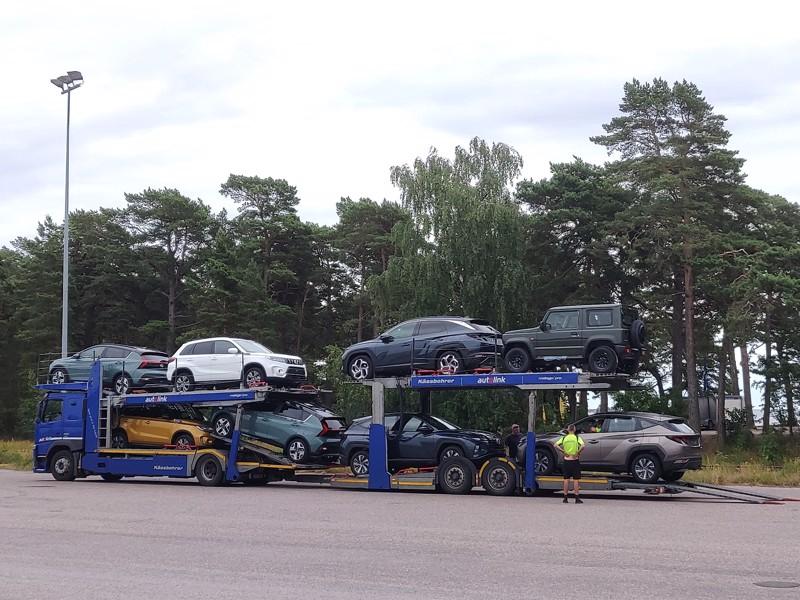 Hangosta lähtee nykyisin 30–40 autorekkaa päivässä kaikkialle Suomeen. Kun uusien autojen kauttakulku Venäjälle oli voimissaan, kuljetuksia oli moninkertaisesti enemmän.