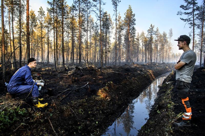 Palopaikalla työskentelee edelleen pelastushenkilöstöä ympäri Suomen. Kuvassa himankalaiset Heikki Tuorila ja Pena Lukkarila pitämässä taukoa aiemmin tällä viikolla.