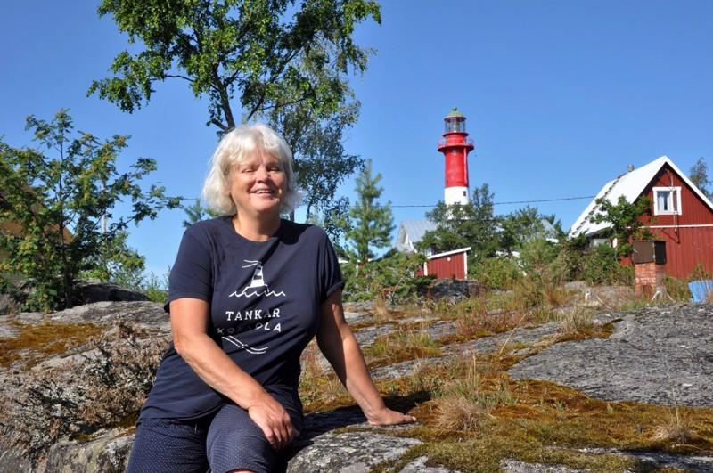 Kristina Klingenbergin ja hänen miehensä vanha Tankarin mökki on ihan majakan katveessa. Uusi on etelärannalla.