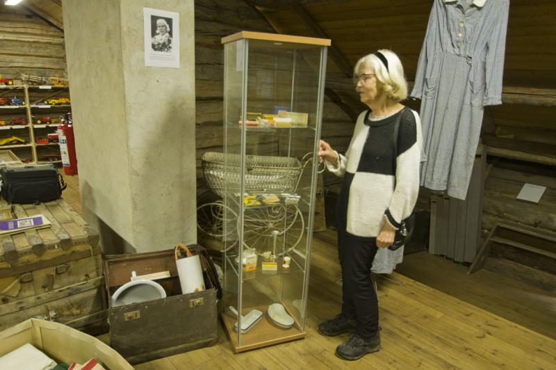 Marja-Liisa Ahti äitinsä työvälineiden äärellä Katvalan museossa.