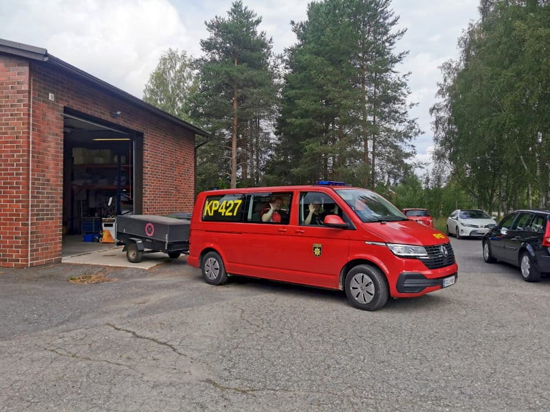 Elina Holopainen ja muut tukiosastolaiset vievät nälkäisille maastopalon sammuttajille ruokaa.