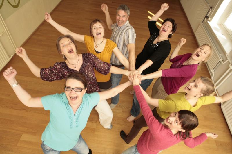 Naurujoogatunneilla naurua aktivoidaan erilaisten harjoitusten avulla. – Huumori ja nauru ovat eri asioita. Naurujoogassa ei kerrota vitsejä vaan nauru syntyy nauramisen halusta. Se tila on synnytetty yhdessä, kertoo naurujooga- ja ilmaisukouluttaja Essi Wiola Tolonen.