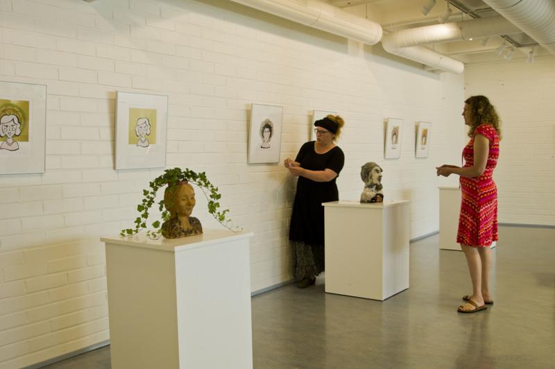 Jaana Öljymäki ja Jaana Vähäsöyrinki rakensivat näyttelyä Tillarigalleriassa viime torstaina.