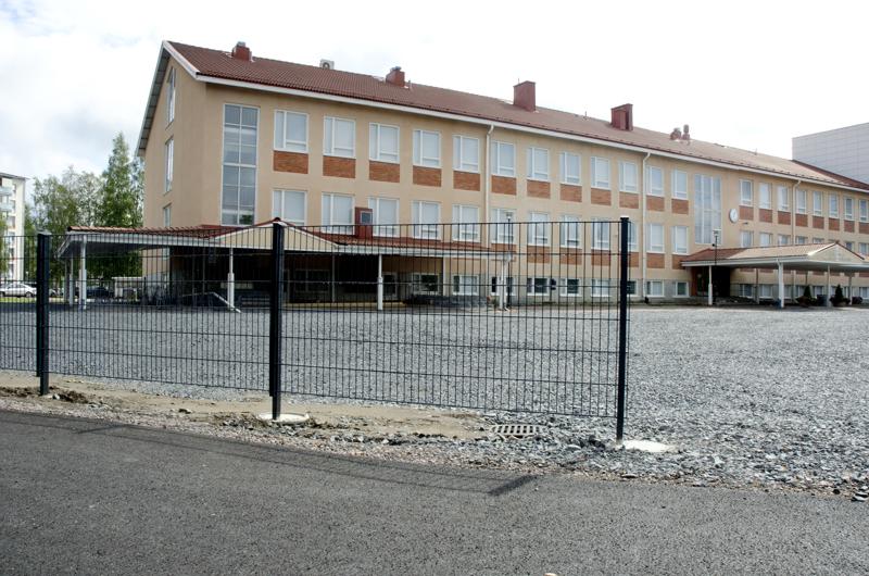 Päivärinnan koulun luo on tehty leveä kevyen liikenteen väylä ja koulun aita sekä piha-aluetta uusitaan.