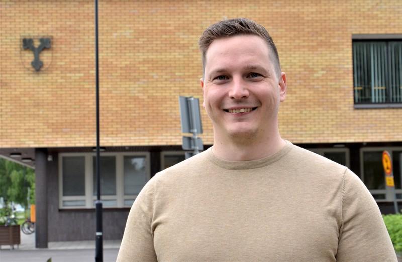 Mikko Korkeakoski on 32-vuotias vanhempikonstaapeli ja Ylivieskan kokoomuksen puheenjohtaja. Hän oli kuntavaalien ääniharava 285 äänellä.