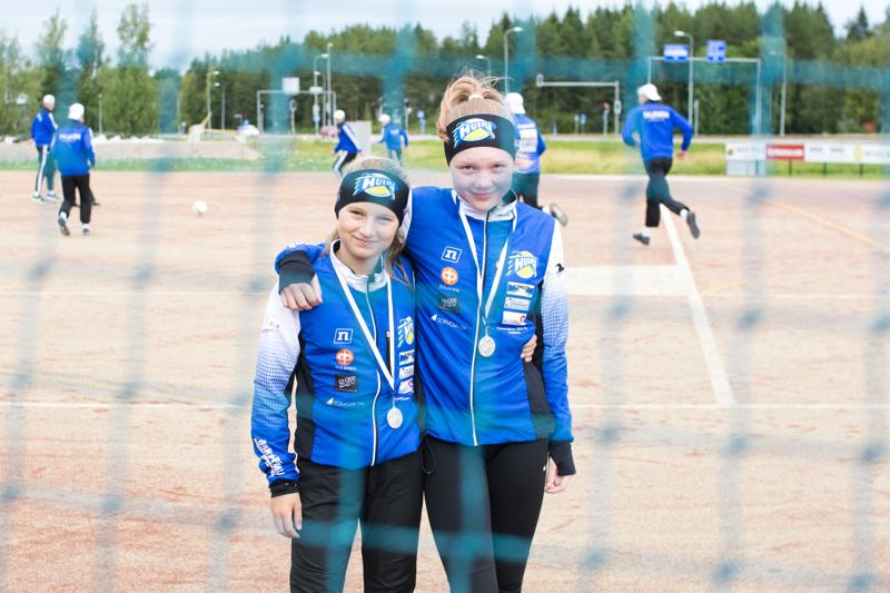 Sanni Kumpula (vas.) ja Emilia Sarjanoja voittivat lauantaina E-tyttöjen SM-hopeaa Loimaalla.