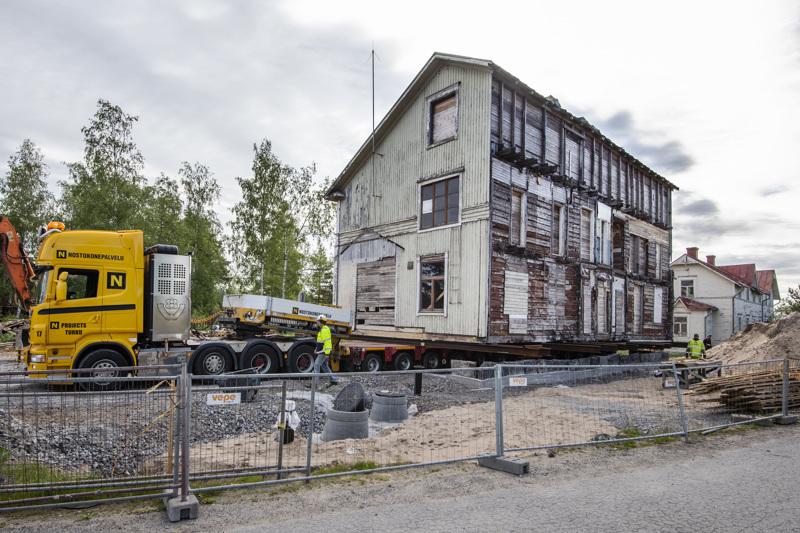 Vanha Rauanheimon satamakonttori siirrettiin kesäkuussa uusille perustuksilleen. Vuoden 2005 jälkeen rakennus purettiin hirrelle, minkä jälkeen se odotti kauan siirtoa uudelle tontille.